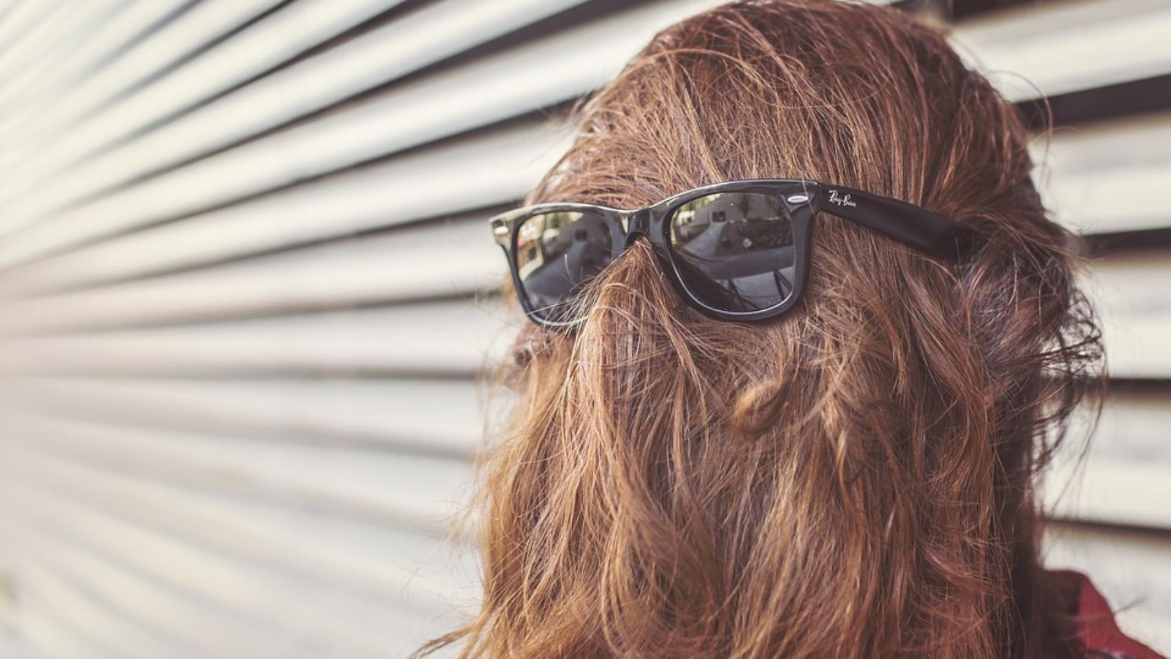 Marketing myopia persona con capelli lunghi che coprono il viso e occhiali