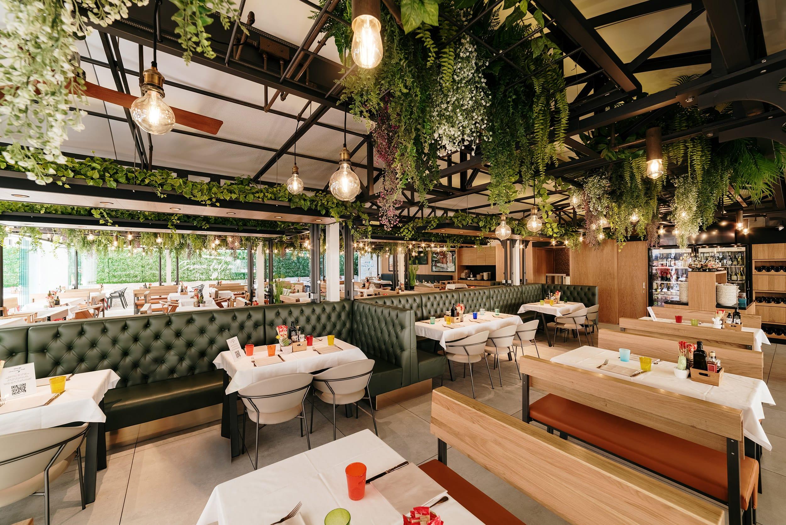 croce del sud ristorante pizzeria lignano sabbiadoro interni tavoli piante